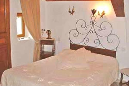 https://www.manoir-montesquiou.com/wp-content/uploads/2015/06/manoir-montesquiou-gite-chambre.jpg